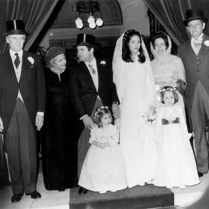 In the center, the groom Nathaniel DE ROTHSCHILD with, on his right, his parents the Baroness Liliane FOULD-SPRINGER and the Baron Elie DE ROTHSCHILD and, on his left, the bride Nilli LIMON with her mother and father, the Admiral Mordechai LIMON, posing at the close of the religious ceremony at the synagogue in the 15th arrondissement of Paris on November 19, 1975. Au centre le marié Nathaniel DE ROTHSCHILD avec à sa droite ses parents la Baronne Liliane FOULD-SPRINGER et le Baron ELie DE ROTHSCHIIELD et à côté de lui la mariée Nilli LIMON avec sa mère et son père l'Amiral Mordechai LIMON posent à l'issue de la cérémonie religieuse à la synagogue du 15ème arrondissement de Paris le 19 novembre 1975.